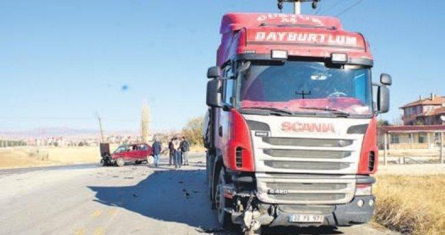 Çubuk'ta TIR ile otomobil çarpıştı, 3 kişi yaralandı