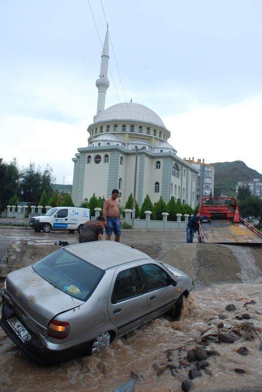 İzmir'i sel vurdu...