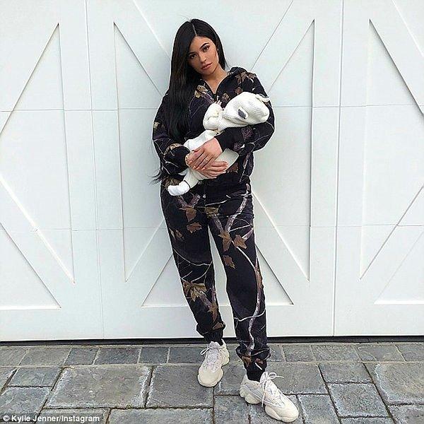 Kylie Jenner kızına aldığı ayakkabıya servet ödedi!