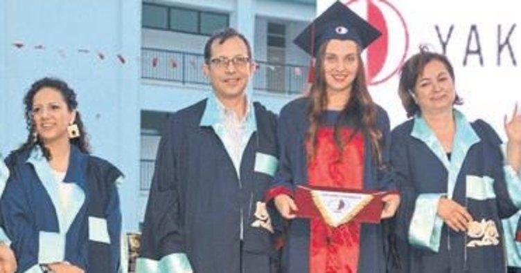 Mesleğe yeni atılan genç mimarların mezuniyet sevinci