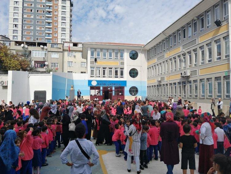 Son dakika: İstanbul'da 5.8 şiddetinde deprem! Vatandaşlar sokağa döküldü... İşte ilk kareler...