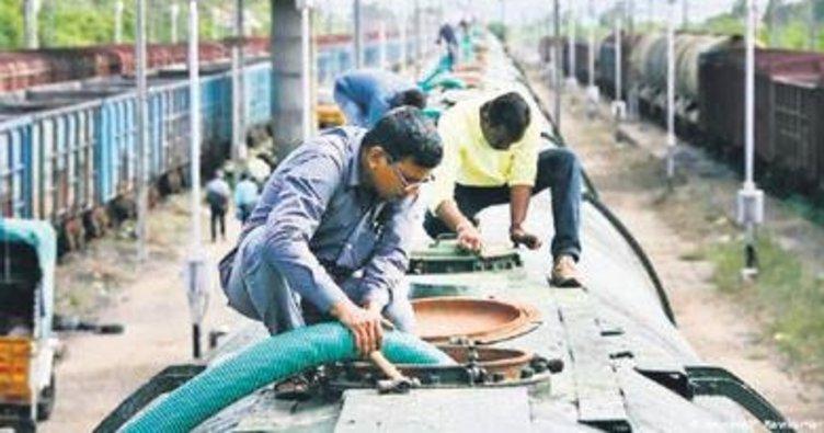 Hindistan'da trenle içme suyu taşınıyor