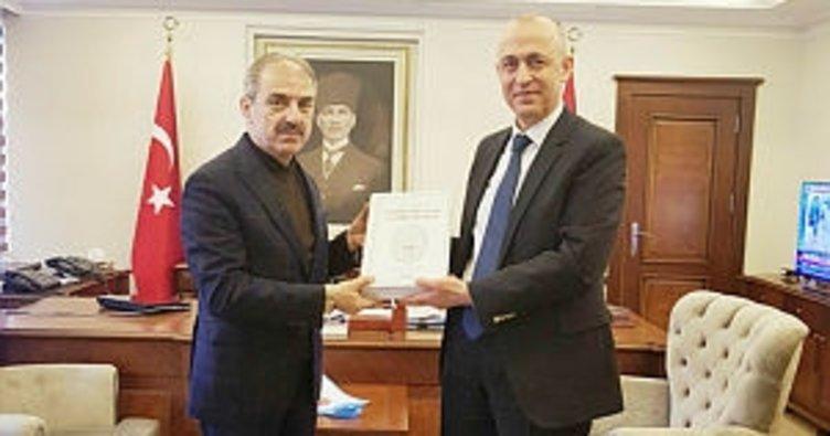 Başkan Dinç, belediyenin 63. kültür yayınını Vali Aktaş'a hediye etti