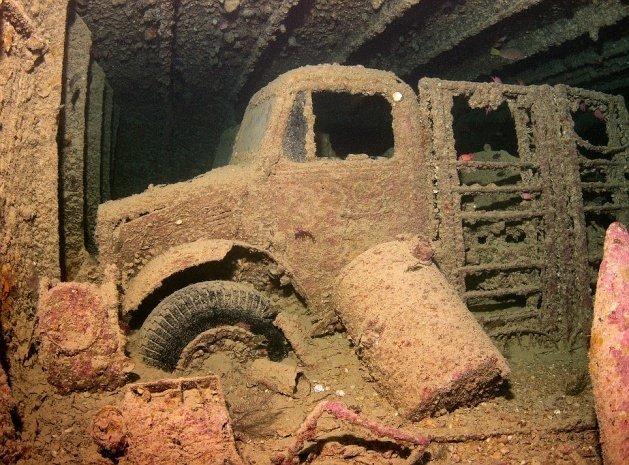 Denizin dibinde tren, kamyon ve motosiklet