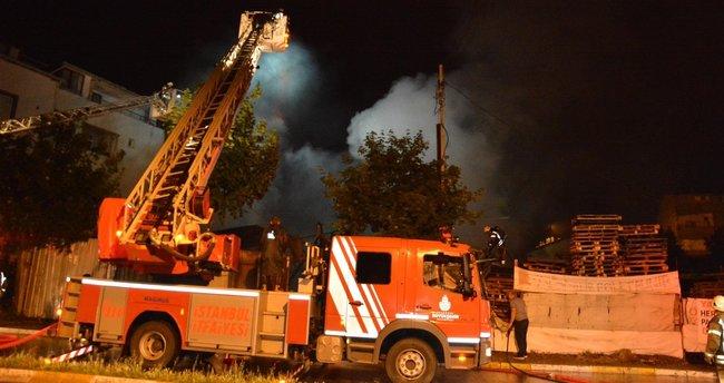 Sancaktepe'de palet deposunda korkutan yangın
