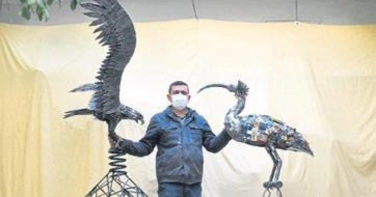 Hurda ve plastik atıklar ile kuş heykeli yaptı
