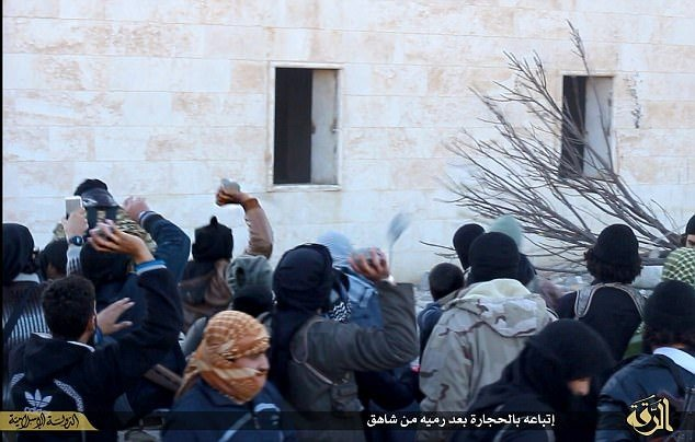 IŞİD gözlerini bağlayıp binadan attı