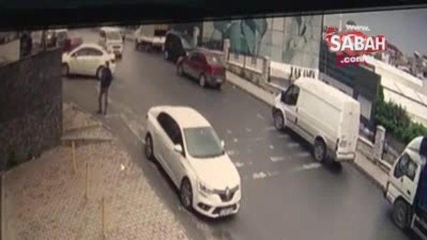Otomobil yokuş aşağı kaydı, insanlar saniyelerle kurtuldu | Video