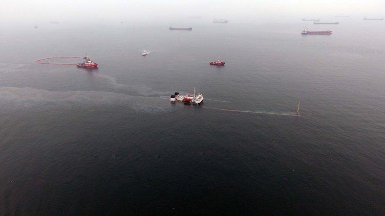 Batan gemi sızdırıyor! Etrafı bariyerlerle çevrildi