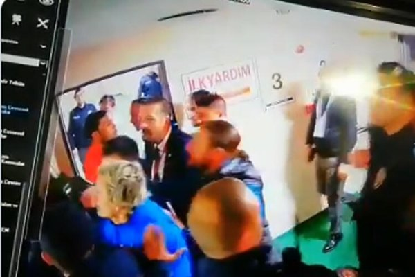 Erzurumsporlu Murat Uçar, eski teknik direktörü Altınordulu Hüseyin Eroğlu'na saldırdı!