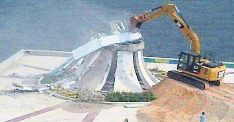 Karşıyaka Anıtı'nı yıktılar