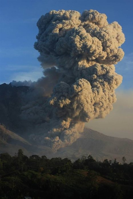 Sinabung Yanardağı'dan püsküren kül kütlesi giderek artıyor