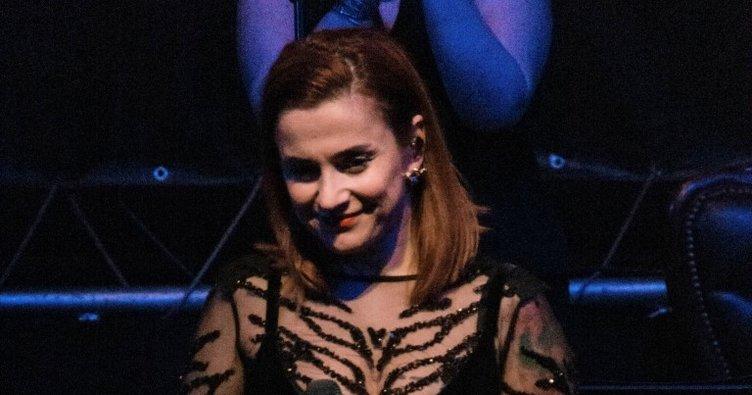 Genç şarkıcı Ceylan Ertem siyahlara büründü
